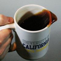 Γιατί χύνεται ο καφές όταν περπατάμε? η ερμηνεία της φυσικής .