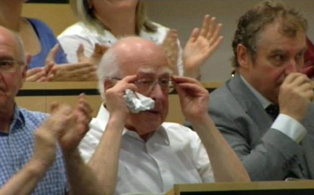 Ο καθηγητής Peter Higgs ακούει συγκινημένος την ανακοίνωση ανακάλυψης του μποζονίου Higgs