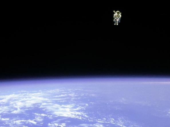 """Στις 12 Φεβρουαρίου του 1984 ο αστροναύτης Bruce McCandless, άνοιξε την πόρτα του διαστημικού λεωφορείου Challenger και  """"περπάτησε στο διάστημα"""" χρησιμοποιώνταςχρησιμοποιώντας την συσκευή Manned Maneuvering Unit"""