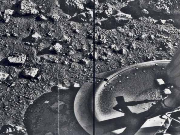 Η πρώτη εικόνα που έστειλε το Viking 1 αμέσως μετά την προσεδάφισή του στην επιφάνεια του Άρη