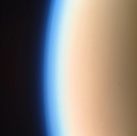 H πυκνή ατμόσφαιρα του Τιτάνα δημιουργεί ένα είδος φαινομένου του θερμοκηπίου (Αυτή η εικόνα λήφθηκε όταν το Cassini προσέγγισε τον Τιτάνα από την ηλιόλουστη πλευρά του)