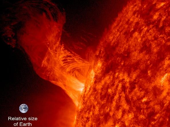 Η Γη τοποθετήθηκε μέσα στην εικόνα για να δοθεί μια αίσθηση της κλίμακας. Το μήκος της έκρηξης εκτείνεται περίπου 260000 χιλιόμετρα έξω από τον Ήλιο. Η διάμετρος της Γης είναι περίπου 12800 χιλιόμετρα. Έτσι αυτή η σχετικά μικρή έκρηξη είναι περίπου 20 φορές η διάμετρος του πλανήτη μας