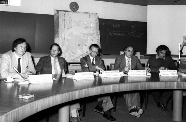 Στις 25 Ιανουαρίου 1983 το CERN ανακοίνωσε την ανακάλυψη του μποζονίου W. Από αριστερά προς τα δεξιά: Carlo Rubbia, Simon van der Meer, Herwig Schopper, Erwin Gabathuler, Pierre Darriulat