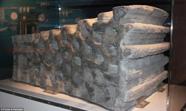 Αυτό το δομικό στοιχείο, βάρους ενάμισι τόνου, κατασκευάστηκε από άμμο και κόλλα