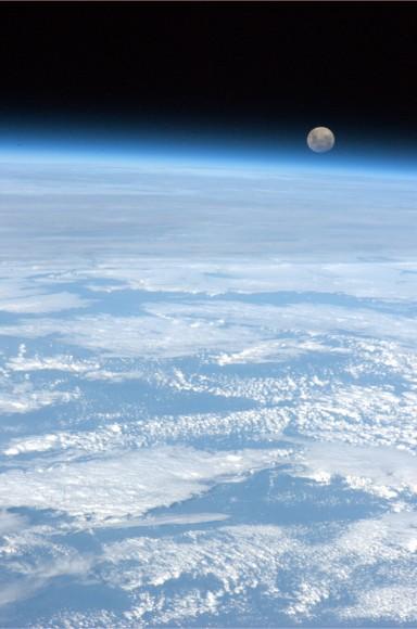 Η πανσέληνος όπως τη φωτογράφησε από τον Διεθνή Διαστημικό Σταθμό ο αστροναύτης Chris Hadfield.