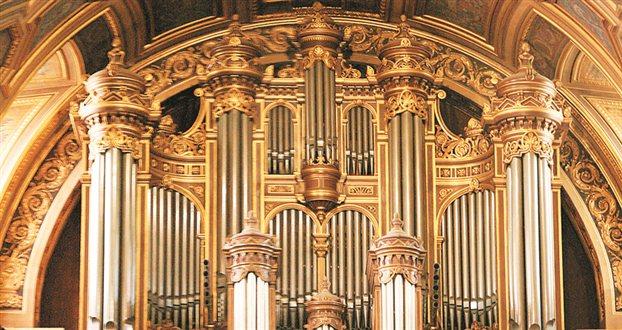 Το εκκλησιαστικό όργανο στον καθεδρικό ναό της γαλλικής πόλης Rennes.Οι βαρύτεροι τόνοι του οργάνου απαιτούν σωλήνες μήκους 10 μέτρων ανοικτούς και στα δύο άκρα