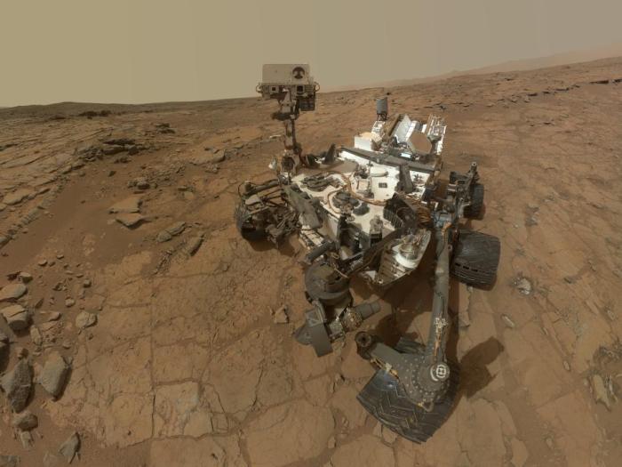 """Αυτοπροσωπογραφία του Curiosity στην τοποθεσία  της γεώτρησης """"John Klein"""". Η εικόνα αποτελεί σύνθεση πολλών φωτογραφιών από την κάμερα MAHLI."""