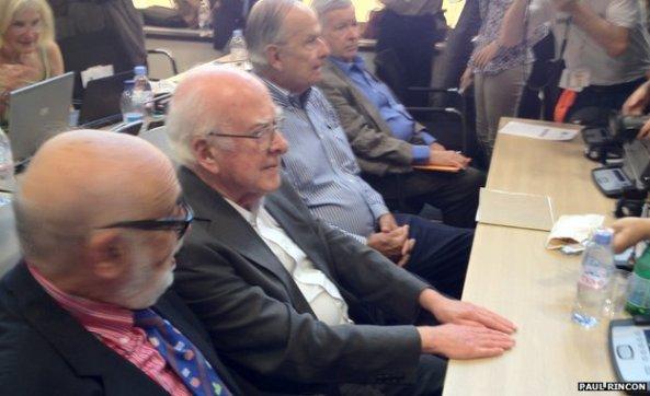 Oι «πατέρες» του μποζονίου Higgs 9από αριστερά προς τα δεξιά): Francois Englert, Peter Higgs, Carl Hagen και Gerald Guralnik