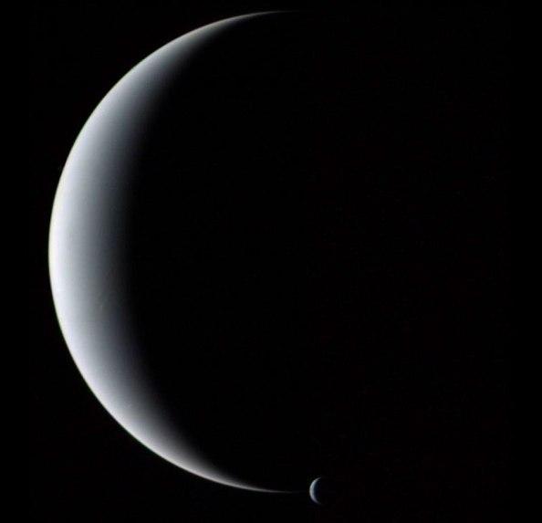 Φωτογραφία που ελήφθη από το Voyager 2 το 1989: Ο πλανήτης Ποσειδώνας και ένας από τους δορυφόρους του, ο Τρίτωνας, σε φάση ημισελήνου.