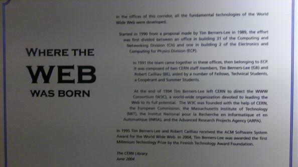 Η πινακίδα αυτή βρίσκεται στο CERN, εκεί όπου δημιουργήθηκε το World Wide Web