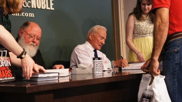 """Buzz Aldrin, ο δεύτερος άνθρωπος που περπάτησε στην επιφάνεια της Σελήνης, υπογράφει αντίγραφα του νέου του βιβλίου, """"Αποστολή στον Άρη"""", στη Νέα Υόρκη στις 7 Μαΐου. CREDIT: Megan Gannon / SPACE.com"""