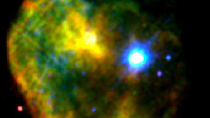 Ο αστέρας νετρονίων (magnetar) 1E 2259+586 στην εικόνα από ακτίνες Χ του υπολείμματος σουπερνόβα CTB 109, φαίνεται να λάμπει έντονα με μπλε και λευκό (τα  χρώματα χρώματα είναι ψευδή - μπήκαν εκ των υστέρων)