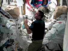Προετοιμασίες από τον μηχανικό πτήσης του Διεθνούς Διαστημικού Σταθμού, Chris Cassidy για τον διαστημικό περίπατο