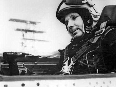 Герой Советского Союза, летчик-космонавт Юрий Гагарин в кабине самолета МИГ-21