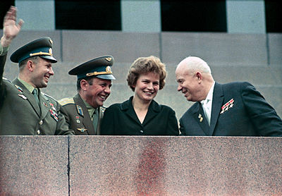 Η Βαλεντίνα Τερέσκοβα με τους Γιούρι Γκαγκάριν, Νικίτα Χρουστσόφ και Πάβελ Πόποβιτς στο μαυσωλείο του Λένιν