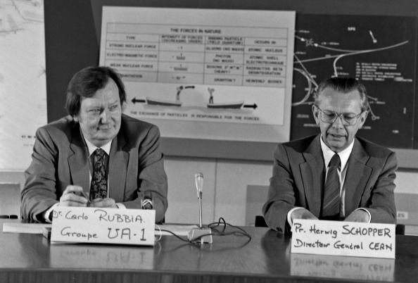 O Carlo Rubbia, επικεφαλής των ερευνητών του  UA1 και Herwig Schopper, Γενικός Διευθυντής του CERN, κατά την ανακοίνωση της ανακάλυψης του μποζονίου Ζ