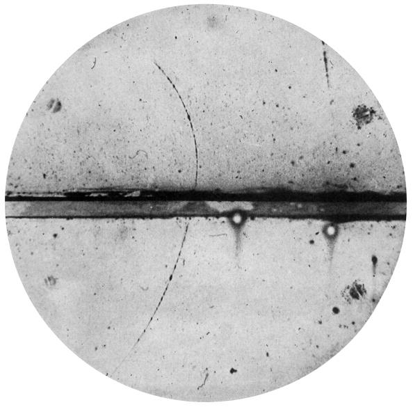 Φωτογραφία του πρώτου ποζιτρονίου στον θάλαμο φυσαλίδων από τον C. D. Anderson