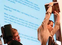 "O John Preskill (right) ""πανηγυρίζει"" την νίκη του μπροστά στον Stephen Hawking expense"