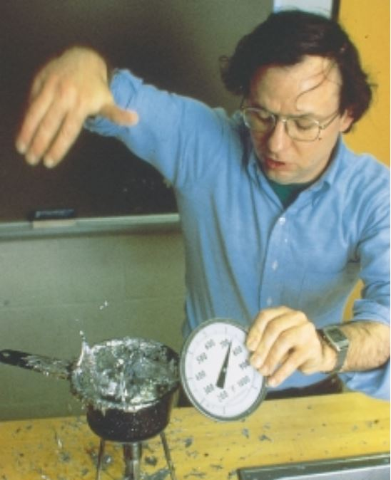 Ο αμερικανός φυσικός Jearl Walker απέδειξε το φαινόμενο Leidenfrost, βρέχοντας τα δάχτυλά του με νερό και στη συνέχεια βουτώντας τα μέσα σε λιωμένο μέταλλο μολύβδου!