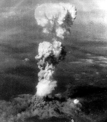 Θεωρείται ότι αυτή η ασπρόμαυρη φωτογραφία ελήφθη από το έδαφος 30 λεπτά μετά την έκρηξη και από απόσταση δέκα χιλιομέτρων από το επίκεντρο. Το θανατηφόρο σύννεφο φαίνεται ότι υψώνεται από δύο σημεία.  «Η ύπαρξη αυτής της φωτογραφίας αναφερόταν στα εγχειρίδια της ιστορίας, αλλά είναι η πρώτη φορά που βρίσκουμε ένα αντίτυπο», εξήγησε η συντηρήτρια.  Η φωτογραφία βρέθηκε ανάμεσα σε σωρό άρθρων και εγγράφων σχετικών με την έκρηξη στη βιβλιοθήκη δημοτικού σχολείου της Χιροσίμα.