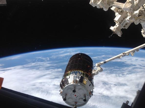 "O ρομποτικόw βραχίοναw Canadarm του Διεθνούς Διαστημικού Σταθμού συλλαμβάνει το ιαπωνικό μεταγωγικό φορτηγό unpiloted ""Kounotori""  HTV-4 γνωστό και ως Kounotori (πελαργός)"