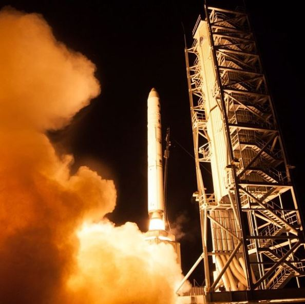 """Το διαστημικό σκάφος της NASA LADEE (Lunar Atmosphere and Dust Environment Explorer) — προφέρεται όπως το """"laddie,"""" και όχι """"lady"""" - εκτοξεύεται στο διάστημα με το σύστημα Minotaur V"""