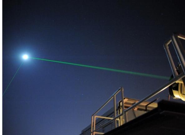 Πειράματα με ακτίνες λέιζερ που εκπέμπονται από τη Γη, ανακλώνται στην επιφάνεια της Σελήνης και επιστρέφουν πίσω, μπορούν να δείξουν ανωμαλίες στην τροχιά της Σελήνης, που με τη σειρά τους πιθανώς να εξηγήσουν την φύση της σκοτεινής ενέργειας