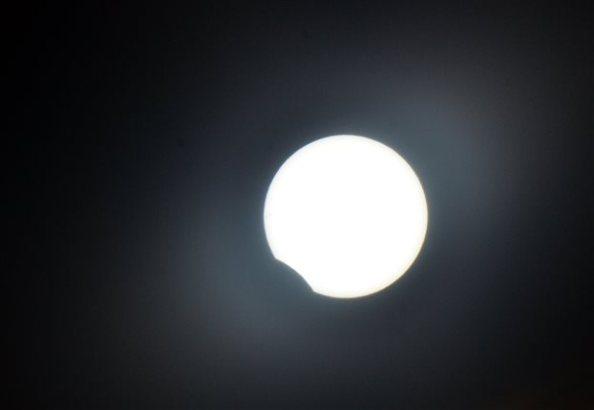 Η σπάνια «υβριδική» έκλειψη Ηλίου όπως έγινε ορατή από το Ναύπλιο (ΑΠΕ-ΜΠΕ /ΑΠΕ-ΜΠΕ/ΜΠΟΥΓΙΩΤΗΣ ΕΥΑΓΓΕΛΟΣ)