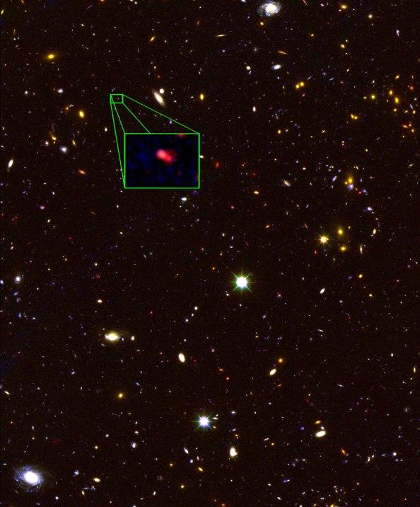 Το όνομα του πιο μακρινού γαλαξία είναι z8_GND_5296. Ο γαλαξίας αυτός έχει περίπου 1 δισεκατομμύριο φορές τη μάζα του ήλιου και διαθέτει δύο ασυνήθιστα χαρακτηριστικά, τα οποία έκαναν αυτόν ορατό ενώ άλλους όχι.