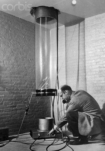 O Glen Rebka στο κάτω άκρο του πύργου Jefferson στο πανεπιστήμιο του Harvard