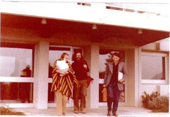 "H Mary Gaillard, o John Ellis, και ο Δημήτρης Νανόπουλος την εποχή συγγραφής της εργασίας ""A phenomenological profile of the Higgs boson""."