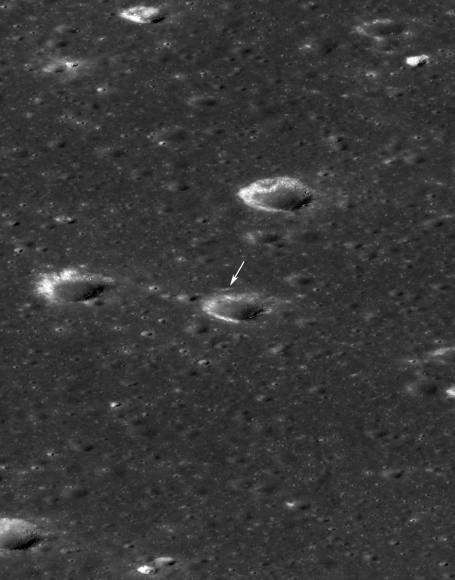 """16 Febroyar;ioy 2014: μια """"πλάγια"""" άποψη της θέσης του Chang'e 3 (arrow). Ο κρατήρας μπροστά από το διαστημικό σκάφος έχει διάμετρο 450 μέτρα"""
