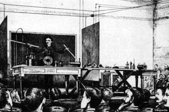 Επίδειξη ασύρματης μεταφοράς ενέργειας από τον Tesla το 1891