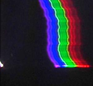 Ο «σφαιρικός κεραυνός» είναι η λευκή κουκκίδα κάτω αριστερά. Δεξιά η φασματική υπογραφή του