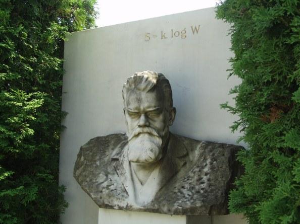Η εξίσωση της εντροπίας χαραγμένη στον τάφο του Ludwig Boltzmann στη Βιέννη