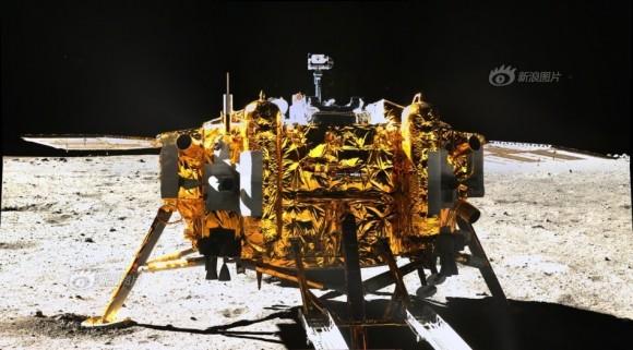 To διαστημικό σκάφος Change3 όπως φωτογραφήθηκε από την κάμερα του ρόβερ Yutu στις 15 Δεκεμβρίου 2013
