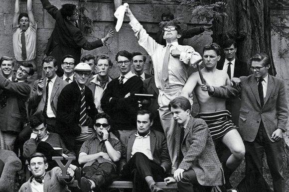 Ο Hawking με τα μέλη της λέσχης κωπηλασίας στην Οξφόρδη
