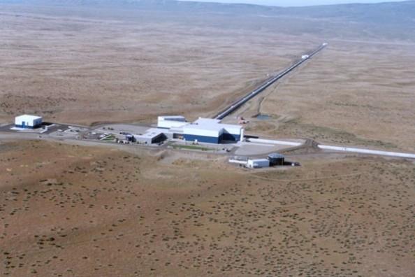 Ο ανιχνευτής βαρυτικών κυμάτων LIGO αποτελείται από δυο συστήματα σε σχήμα L, εκ των οποίων το ένα βρίσκεται στο Χάνφορντ της Ουάσιγκτον (βλ΄πε εικόνα) και το δεύτερο στο Λίβινγκστον της Λουιζιάνα