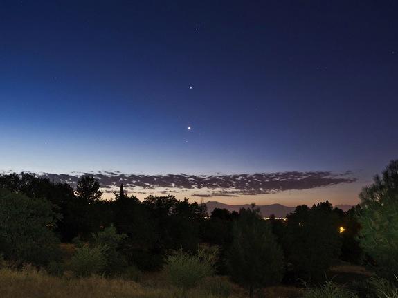 Μια οφθαλμαπάτη κάνει την Αφροδίτη (κάτω) να φαίνεται μεγαλύτερη από τον πλανήτη Δία (κάτω) στον νυχτερινό ουρανό
