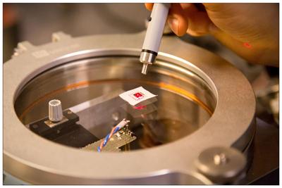 Ο ανιχνευτής ραδιοκυμάτων σε δράση: Η διάταξη περιέχει μια κεραία που είναι συνδεδεμένη με πυκνωτή. Τον ρόλο του ενός  από τους δυο οπλισμούς του πυκνωτή παίζει μια εξαιρετικά υψηλής ποιότητας μεμβράνη από νιτρίδιο του πυριτίου και επικάλυψη ανακλαστικού στρώματος αλουμινίου, με μήκος 500 μm και πάχος 200 nm. Ο οπλισμός – νανομεμβράνη του πυκνωτή δονείται εξαιτίας των ραδιοκυμάτων συγκεκριμένης συχνότητας, προκαλώντας μια μετατόπιση φάσης στη δέσμη φωτός λέιζερ, που με τη σειρά της μπορεί να μετρηθεί με γνωστές οπτικές τεχνικές. Έτσι το ραδιοφωνικό σήμα που ανιχνεύεται από την κεραία μετατρέπεται σε οπτικό σήμα.  (Courtesy: A Schliesser, T Bagci, A Simonsen and E Polzik)