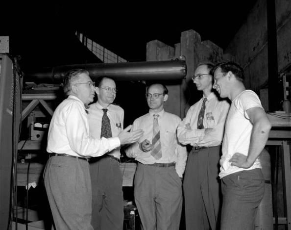 Οι συγγραφείς του άρθρου για την ανακάλυψη του αντιπρωτονίου: Owen Chamberlain, Emilio Segrè, Clyde Wiegand, Τομ Υψηλάντης (με τον Ε. Lofgren στο κέντρο)