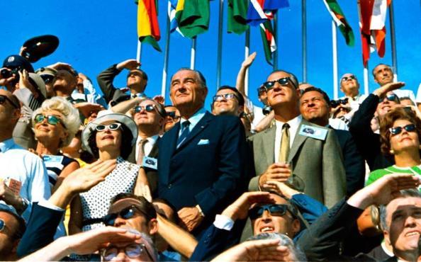 20 Ιουλίου 1969: Tο πλήθος παρακολουθεί με δέος την εκτόξευση του «Απόλλων 11». Μέσα στον κόσμο βρίσκεται και ο πρώην πρόεδρος των ΗΠΑ, Λίντον Τζόνσον. Θα ακολουθήσουν άλλες έξι επιτυχημένες αποστολές στη Σελήνη έως το 1972.