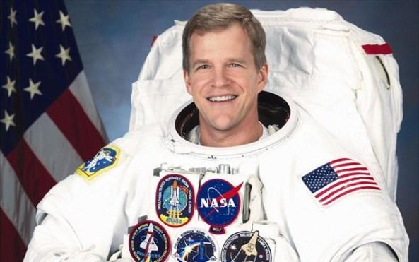 O Dr. Parazynski αποτελεί βετεράνο αστροναύτη της αμερικανικής διαστημικής υπηρεσίας, έχοντας συμμετάσχει σε πέντε διαστημικές πτήσεις και επτά διαστημικούς περιπάτους (συνολικά έχει περάσει οκτώ εβδομάδες στο διάστημα και έχει πραγματοποιήσει πάνω από 50 ώρες διαστημικού περιπάτου).
