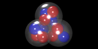 Η προτεινόμενη τριγωνική διάταξη των σωματιδίων άλφα στον πυρήνα του άνθρακα-12. Το εύρημα αυτό θα μπορούσε να οδηγήσει τους φυσικούς σε πιο ακριβή μοντέλα της δομής του πυρήνα του άνθρακα, απαραίτητα για την καλύτερη κατανόηση της σύνθεσης του άνθρακα στο εσωτερικό των άστρων.