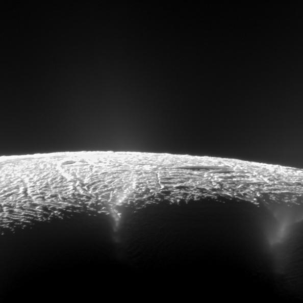 Φωτογραφία της επιφάνειας του Εγκέλαδου από το Cassini στην οποία φαίνονται τα geysers
