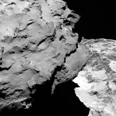 Εικόνα τμήματος του κομήτη που λήφθηκε από τη Rosetta στις 6 Αυγούστου, από απόσταση 120 km. H ανάλυση της εικόνας είναι 2.2 μέτρα ναή pixel.  Credit: ESA/Rosetta/MPS for OSIRIS Team MPS/UPD/LAM/IAA/SSO/INTA/UPM/DASP/IDA