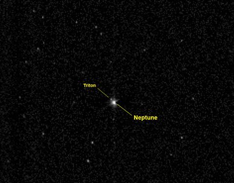 """Ο γίγαντας πλανήτης Ποσειδώνας και ο ο δορυφόρος του Τρίτων, όπως τους """"είδε"""" η κάμερα του διαστημικού σκάφους New Horizon,  στις 10 Ιουλίου 2014, από μια απόσταση περίπου 3.96 εκατομμύρια χιλιόμετρα - πάνω από 26 φορές η απόσταση Γης - Ήλιου"""