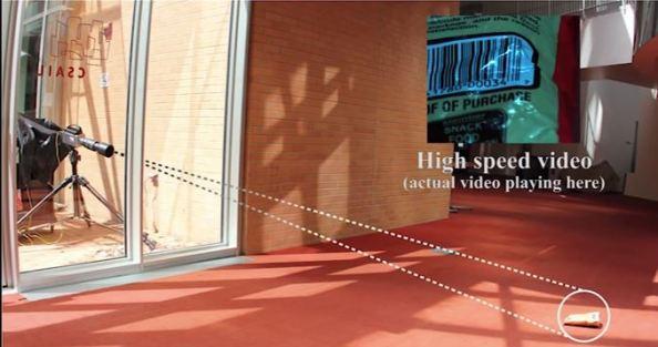 Η κάμερα καταγράφει τις μικροσκοπικές κινήσεις του αντικειμένου στο πάτωμα του δωματίου, που προκαλεί ο ήχος που ακούγεται μέσα στο δωμάτιο. Αναλύοντας την εικόνα του βίντεο ερευνητές του MIT μπορούν να αναπαράγουν τον ήχο που ακουγόταν στο δωμάτιο