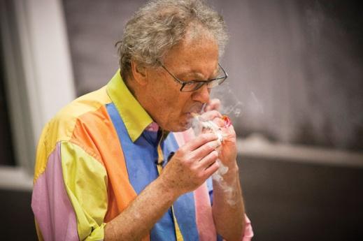 Ο καθηγητής Walter Lewin ανάβει ταυτόχρονα τρία τσιγάρα μέσα στην αίθουσα διδασκαλίας, την ώρα του μαθήματος! Γιατί;