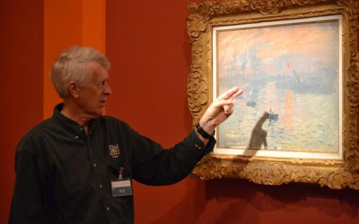 Ο αστροφυσικός Ντόναλντ Ολσον, καθηγητής στο Πολιτειακό Πανεπιστήμιο του Τέξας, μπροστά στον πίνακα του Κλοντ Μονέ, «Impression, Soleil Levant», τον οποίο κατάφερε να χρονολογήσει με ακρίβεια έπειτα από 15ετή επιστημονική και ιστορική έρευνα.